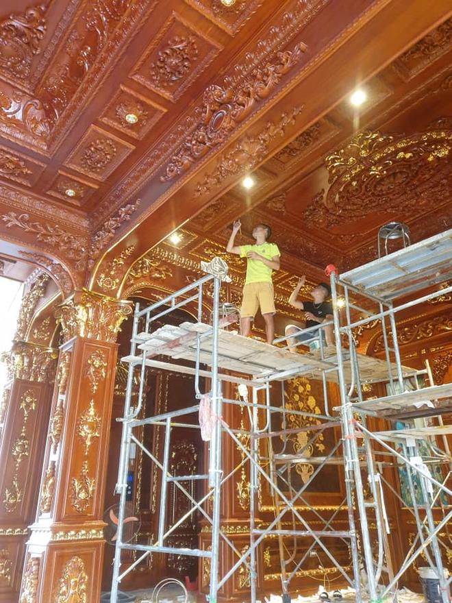 Hé lộ 1 góc nội thất lâu đài đại gia Hà Nội, chỉ phần ốp gỗ mạ vàng đã thấy quy mô khủng - Ảnh 3.
