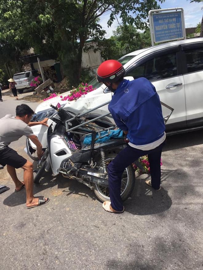 Thanh niên chạy xe máy đâm móp ô tô, gia đình lao đến nạt nộ, phản ứng của nữ tài xế khiến tất cả nể phục - Ảnh 3.