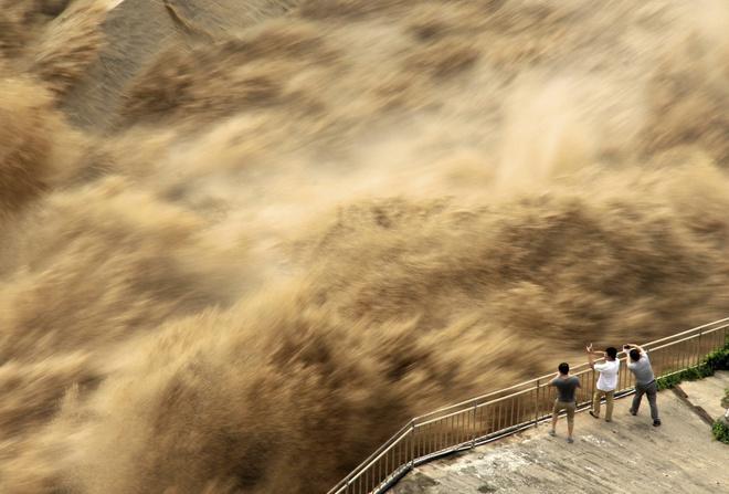 24h qua ảnh: Người dân mạo hiểm xem đập thủy điện xả lũ ở Trung Quốc - Ảnh 2.