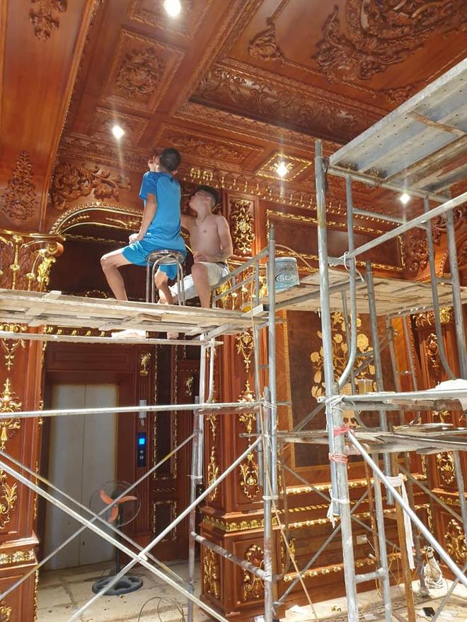 Hé lộ 1 góc nội thất lâu đài đại gia Hà Nội, chỉ phần ốp gỗ mạ vàng đã thấy quy mô khủng - Ảnh 2.