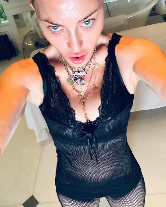 Nữ hoàng nhạc pop Madonna khoe thân hình gợi cảm khó tin ở tuổi 62 - Ảnh 2.