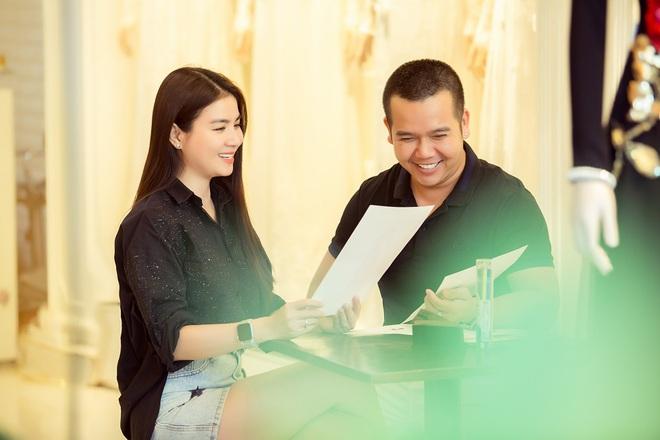 Trương Quỳnh Anh làm người mẫu cho show diễn của NTK Minh Châu - Ảnh 1.