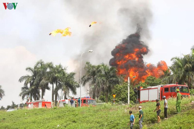 Cháy kho hóa chất ở Long Biên: Không khí có chất hóa học vượt ngưỡng - Ảnh 2.