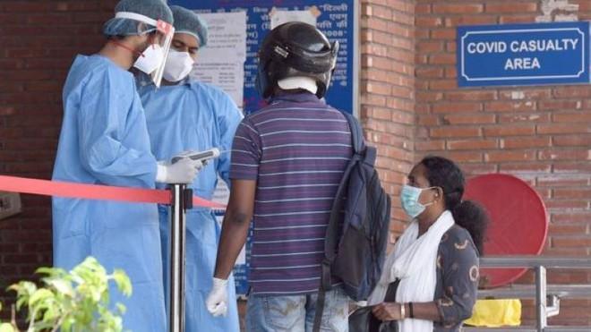 Thuốc điều trị COVID-19 khan hiếm được bán giá cắt cổ ở Ấn Độ - Ảnh 4.