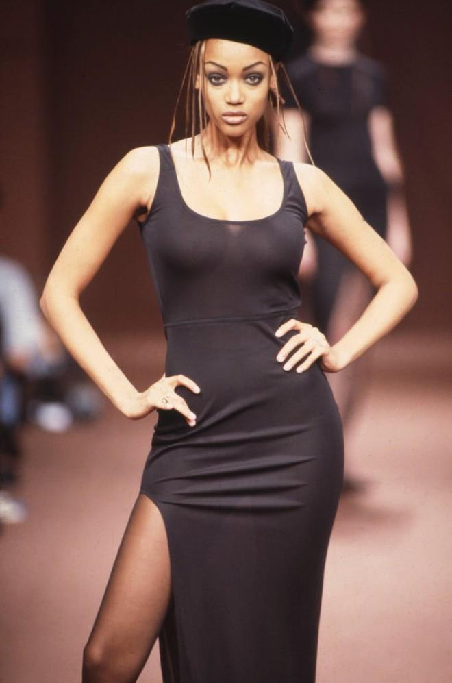 Tyra Banks: Siêu mẫu đẻ trứng vàng của làng thời trang Mỹ và 2 lần được mặc nội y triệu đô - Ảnh 2.