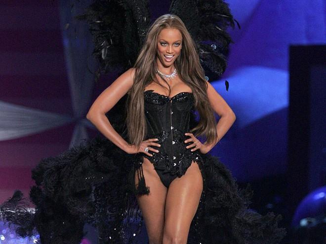 Tyra Banks: Siêu mẫu đẻ trứng vàng của làng thời trang Mỹ và 2 lần được mặc nội y triệu đô - Ảnh 7.