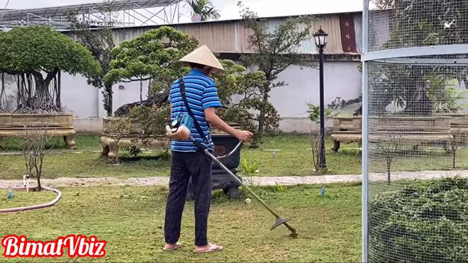 Hoài Linh đội nón, cầm máy cắt cỏ làm quần quật và tiết lộ thói quen ăn uống - Ảnh 3.