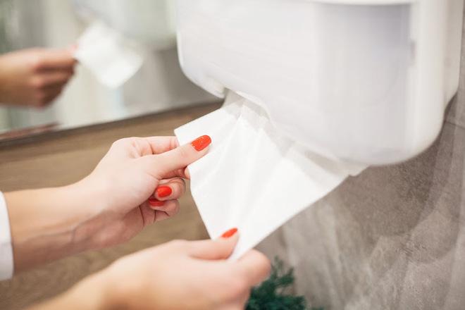 Làm khô tay bằng giấy hay máy sấy ít lây truyền mầm bệnh hơn: Câu trả lời sẽ gây ngỡ ngàng - Ảnh 2.