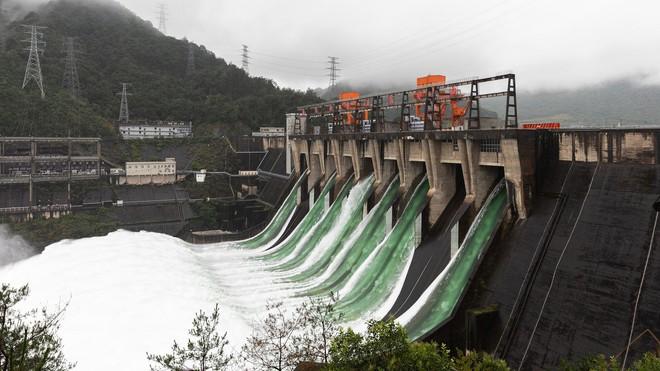 Đập thủy điện Trung Quốc xả lũ: Mặt sông tựa như mặt biển, như cuồng phong gào thét - Ảnh 8.