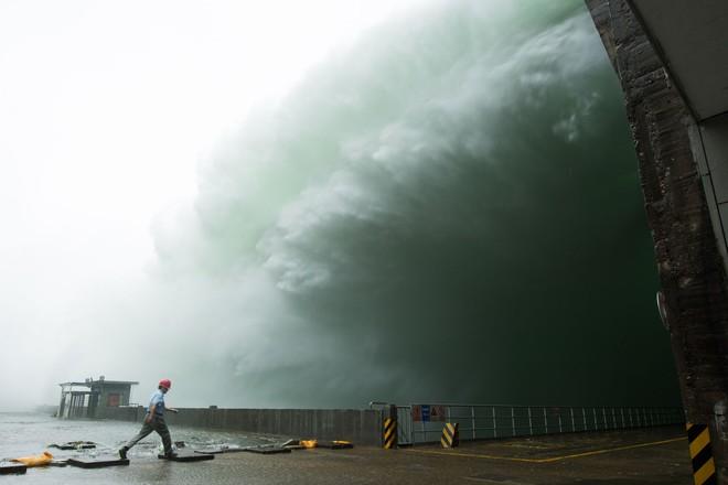 Đập thủy điện Trung Quốc xả lũ: Mặt sông tựa như mặt biển, như cuồng phong gào thét - Ảnh 10.