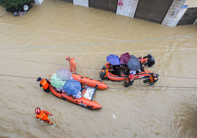 Cảnh tượng gây choáng ở TQ: Căn nhà 3 tầng bị nước lũ quật ngã chỉ sau vài giây ngắn ngủi - Ảnh 5.