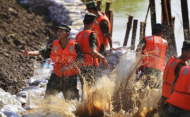 Cảnh sát vũ trang Trung Quốc hộ đê sông Dương Tử ở địa bàn hạt Cửu Giang, tỉnh Giang Tây, ngày 8/7/2016 (Ảnh: Xinhua/Zhou Mi)