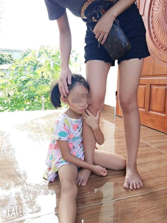 Bé gái khóc nức nở, ôm chặt chân không cho mẹ bắt mèo, tấm ảnh cuối khiến tất cả vừa thương vừa buồn cười - Ảnh 3.