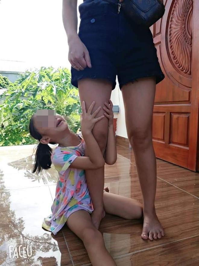 Bé gái khóc nức nở, ôm chặt chân không cho mẹ bắt mèo, tấm ảnh cuối khiến tất cả vừa thương vừa buồn cười - Ảnh 4.