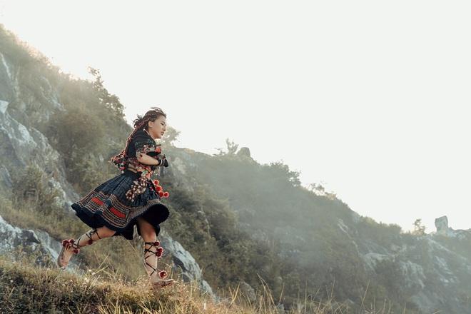 Phùng Khánh Linh tái xuất, tập nhảy tới móng chân tóe máu - Ảnh 3.