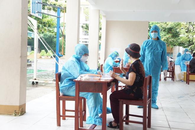 [Ảnh] Vào khu phong toả ở Đà Nẵng, tận mắt chứng kiến quy trình lấy mẫu xét nghiệm Covid-19 - Ảnh 6.