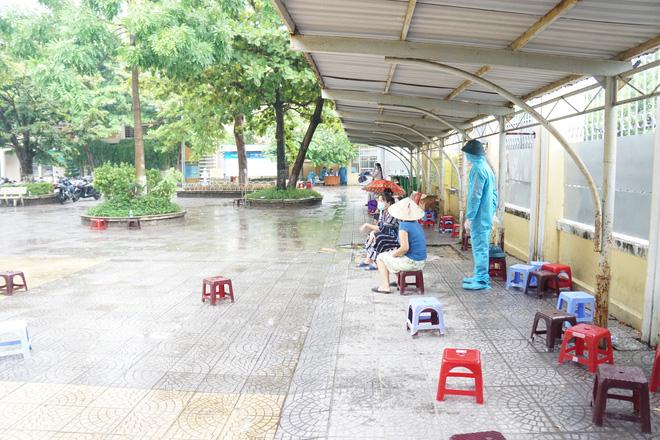 [Ảnh] Vào khu phong toả ở Đà Nẵng, tận mắt chứng kiến quy trình lấy mẫu xét nghiệm Covid-19 - Ảnh 5.
