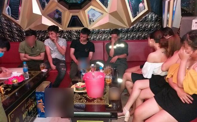 Quảng Ngãi: Công an đi vòng qua đỉnh núi, bắt quả tang quán karaoke vẫn hát hò bên trong