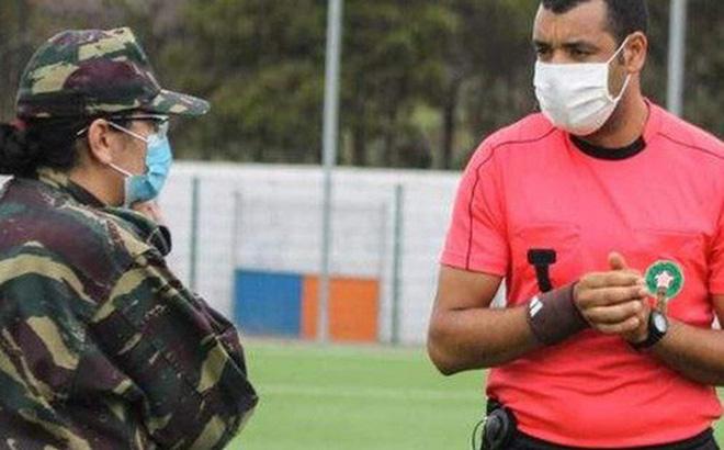 Quân đội bất ngờ lao vào sân buộc dừng trận đấu, lý do đưa ra đều khiến tất cả đồng tình