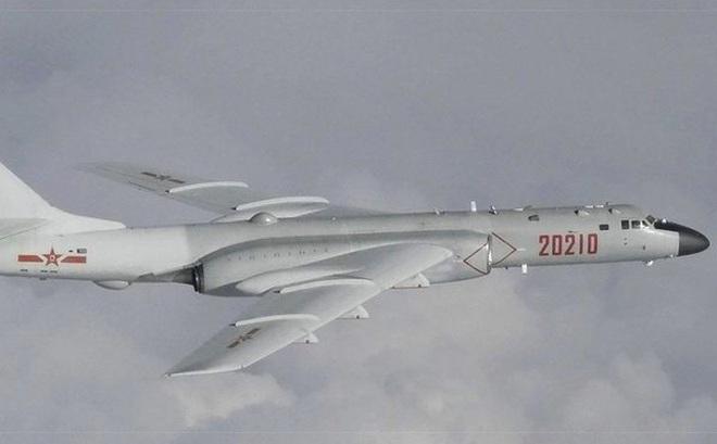 Dàn máy bay ném bom H-6 Trung Quốc xuất hiện ở Biển Đông