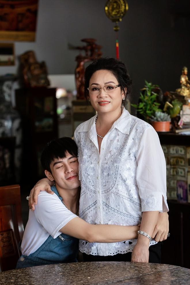 Cháu nuôi Hoài Linh khoe mẹ ruột trẻ đẹp, tài giỏi - Ảnh 8.