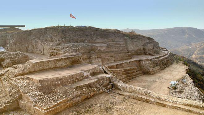 Khai quật mật thất niên đại 4.300 năm, nhà khảo cổ phát hiện 80 hộp sọ người - Ảnh 2.