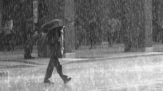 Mưa rào hay mưa phùn dễ khiến chúng ta ướt quần áo hơn? và đáp án khiến nhiều người phải xem lại chính mình - Ảnh 1.
