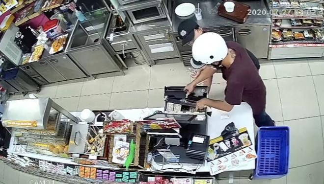 CLIP: Phút giáp mặt của nữ nhân viên cửa hàng tiện lợi với kẻ cướp có dao ở TP HCM - Ảnh 4.