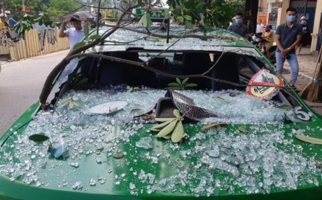 Nổ lớn trên đường Kim Mã, mảnh vỡ cửa kính văng ra đường, trúng xe taxi