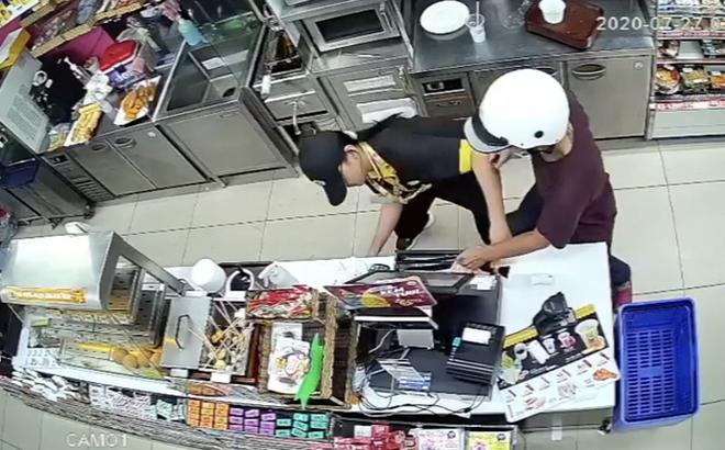 CLIP: Phút giáp mặt của nữ nhân viên cửa hàng tiện lợi với kẻ cướp có dao ở TP HCM