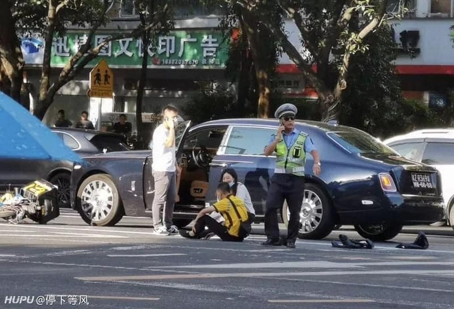 Đâm trúng xế hiệu Rolls Royce, nam shipper bất lực ngồi khóc khiến nữ tài xế phải xuống an ủi - Ảnh 2.