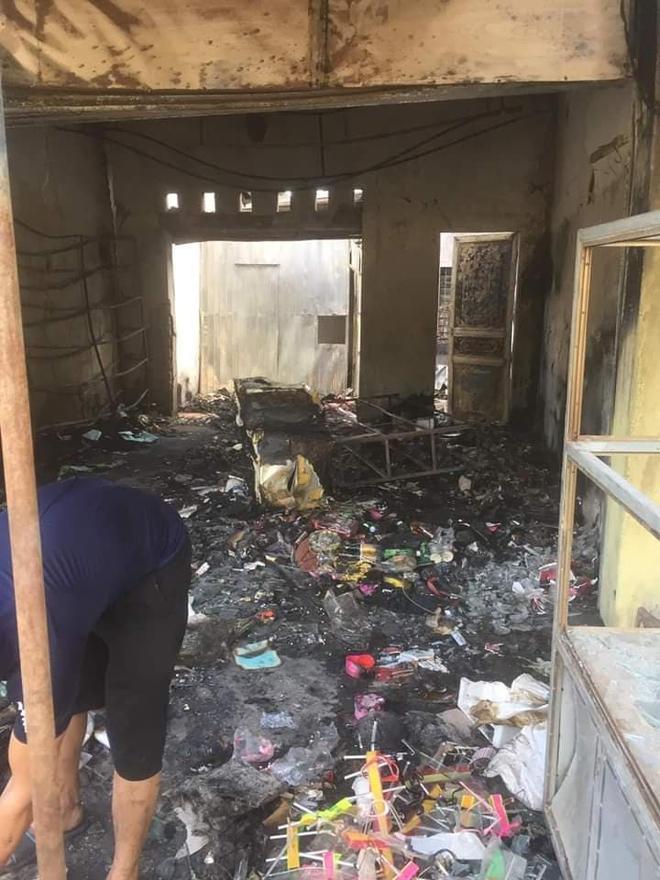 Nhận 18 triệu, 3 thanh niên ném bom xăng cháy shop quần áo, chủ cửa hàng bỏng nặng - Ảnh 1.