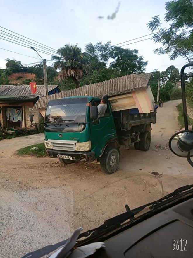 Hình ảnh xe tải cõng cổng làng ở Hà Tĩnh gây xôn xao, thái độ của tài xế mới khó hiểu - Ảnh 2.