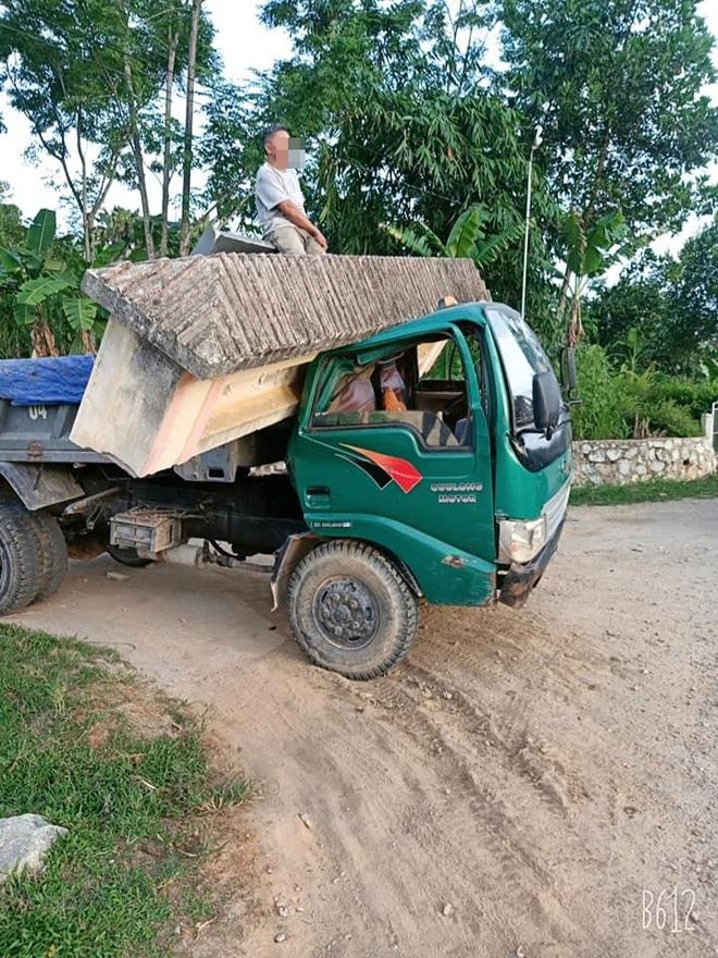Hình ảnh xe tải cõng cổng làng ở Hà Tĩnh gây xôn xao, thái độ của tài xế mới khó hiểu - Ảnh 3.