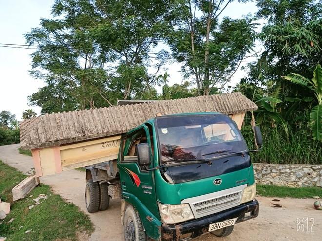Hình ảnh xe tải cõng cổng làng ở Hà Tĩnh gây xôn xao, thái độ của tài xế mới khó hiểu - Ảnh 1.