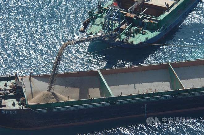 Lợi dụng dịch bệnh, cát tặc Trung Quốc ào ào tràn xuống phía Nam khiến Đài Loan lo sợ  - Ảnh 1.