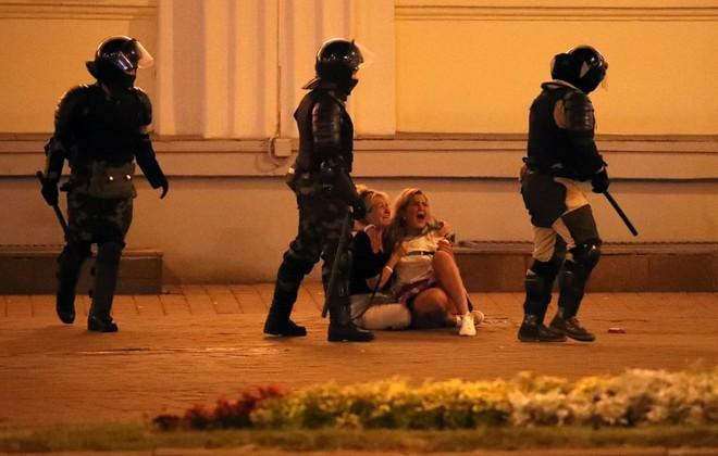 24h qua ảnh: Người biểu tình ném pháo vào cảnh sát chống bạo động ở Lebanon - Ảnh 4.