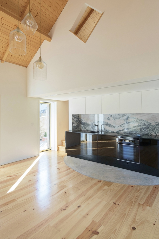 Ngôi nhà với bề ngoài đẹp như tranh vẽ nhưng bên trong khiến không ít người ngỡ ngàng - Ảnh 3.