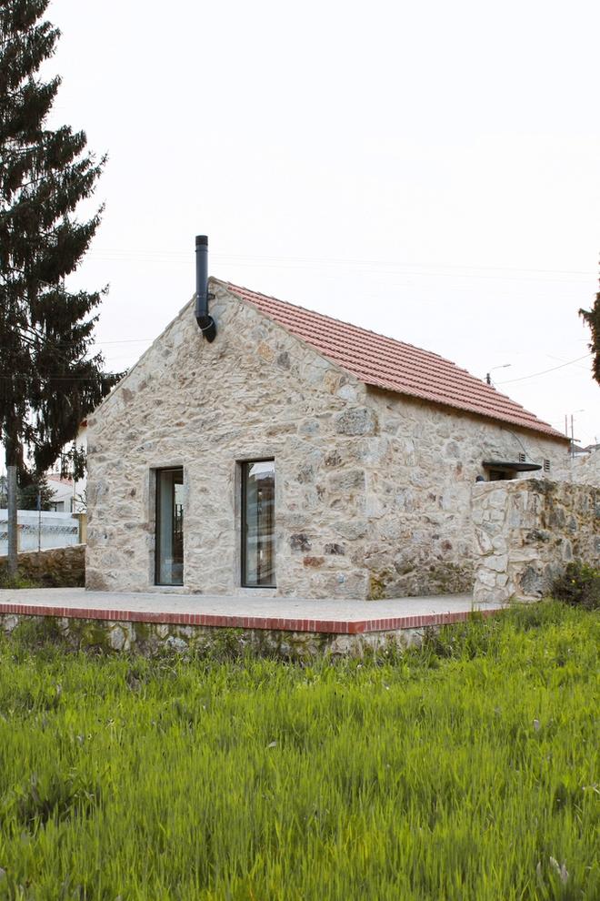 Ngôi nhà với bề ngoài đẹp như tranh vẽ nhưng bên trong khiến không ít người ngỡ ngàng - Ảnh 1.