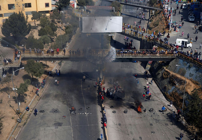 24h qua ảnh: Người biểu tình ném pháo vào cảnh sát chống bạo động ở Lebanon - Ảnh 5.