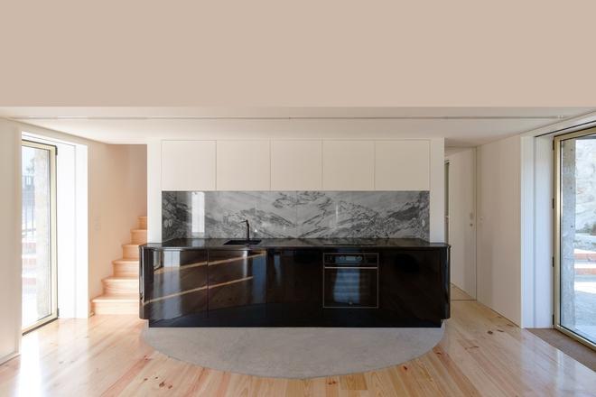 Ngôi nhà với bề ngoài đẹp như tranh vẽ nhưng bên trong khiến không ít người ngỡ ngàng - Ảnh 5.