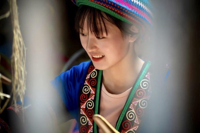 Thiếu nữ Hmông xinh đẹp lọt vào ống kính khách du lịch, danh tính của cô khiến tất cả tò mò - Ảnh 7.