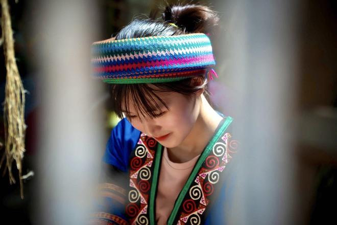 Thiếu nữ Hmông xinh đẹp lọt vào ống kính khách du lịch, danh tính của cô khiến tất cả tò mò - Ảnh 2.