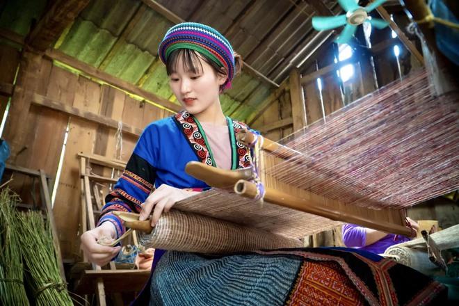 Thiếu nữ Hmông xinh đẹp lọt vào ống kính khách du lịch, danh tính của cô khiến tất cả tò mò - Ảnh 1.