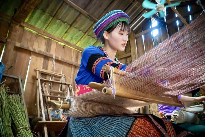 Thiếu nữ Hmông xinh đẹp lọt vào ống kính khách du lịch, danh tính của cô khiến tất cả tò mò - Ảnh 6.