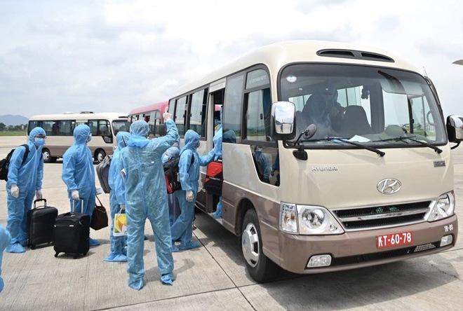 [ẢNH] Chuyến bay đầu tiên đưa 207 người mắc kẹt ở tâm dịch Đà Nẵng về tới Hà Nội - Ảnh 8.
