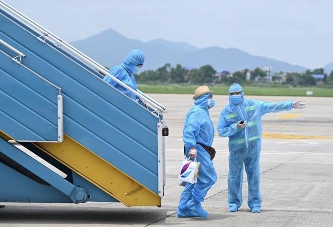 [ẢNH] Chuyến bay đầu tiên đưa 207 người mắc kẹt ở tâm dịch Đà Nẵng về tới Hà Nội - Ảnh 7.