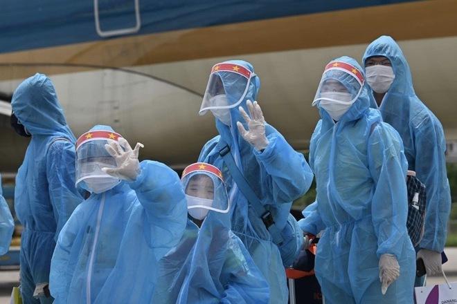 [ẢNH] Chuyến bay đầu tiên đưa 207 người mắc kẹt ở tâm dịch Đà Nẵng về tới Hà Nội - Ảnh 11.