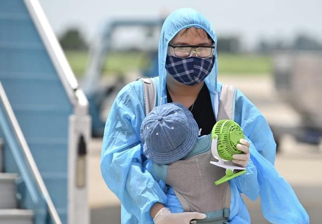[ẢNH] Chuyến bay đầu tiên đưa 207 người mắc kẹt ở tâm dịch Đà Nẵng về tới Hà Nội - Ảnh 10.
