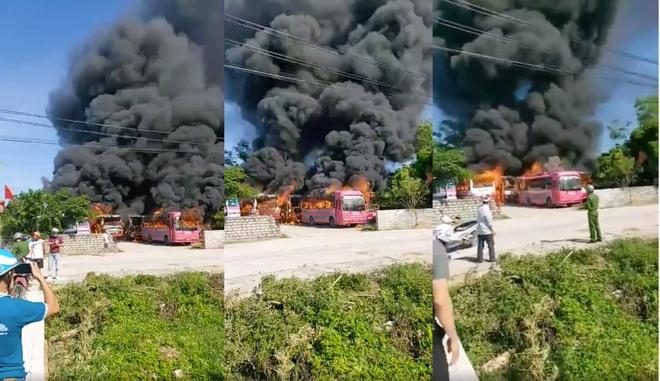 6 xe khách bốc cháy dữ dội trong bãi gửi xe tự phát ở Thanh Hóa - Ảnh 1.